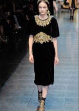 Бархатное платье миди с золотым декором
