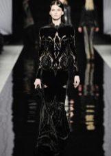 Черное бархатное платье с длинными рукавами в пол