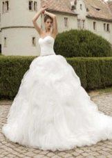 Пышное белое свадебное платье с многослойной юбкой