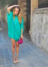 Бирюзовое платье с розовой сумочкой