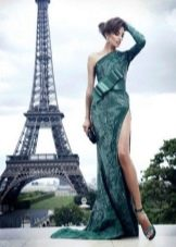Вечернее платье с разрезом и шлейфом