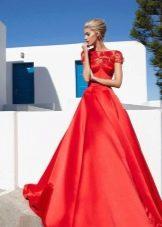 Красное шелковое вечернее платье