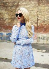 Голубое платье с синим воротничком
