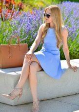 Бежевые туфли к голубому короткому платью