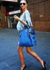 Черные туфли к платью голубого цвета