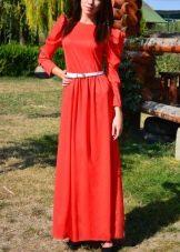 Длинное платье кораллового цвета