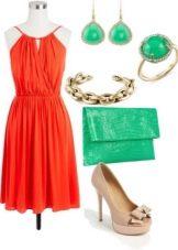 Платье кораллового цвета в сочетании с зелеными аксессуарами