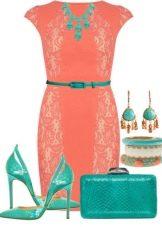 Платье коралловое в сочетании с зелеными аксессуарами