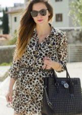 Платье с леопардовым принтом на сером фоне