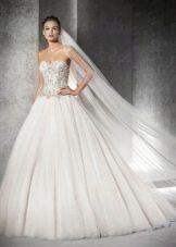 Пышное свадебное платье со стразами на корсете