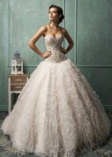 Пышное свадебное платье с украшенным корсетом