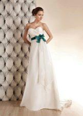 Свадебное платье с зеленым поясом