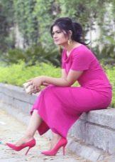 Платье цвета фуксии с розовыми туфлями