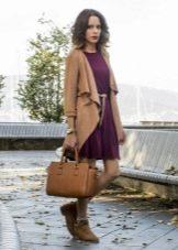 Платье цвета марсала с кофтой и ботинками коричневого цвета
