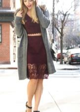 Платье цвета марсала с серым кардиганом и черными туфлями