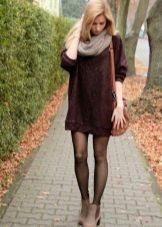 Теплое платье цвета марсала со светлыми аксессуарами