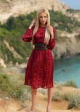 Повседневное платье цвета марсала длины миди