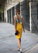 Красивое платье с горчичной юбкой