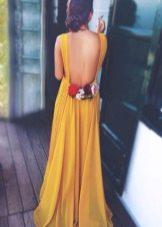 Горчичное платье с открытой спиной и розами