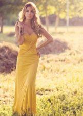 Блондинка в красивом горчичном платье