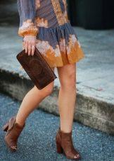 Коричневые ботильоны под голубо-горчичное платье