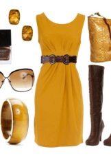 Горчичное платье с коричневыми аксессуарами