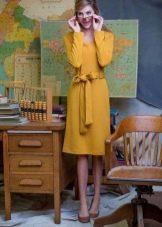Горчичное платье с коричневыми туфлями