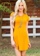 Блондинка в горчичном платье