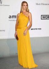 Блондинка в ярком горчичном платье