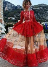 Необычный фасон платья малинового цвета