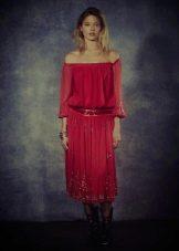 Малиновое платье свободного кроя
