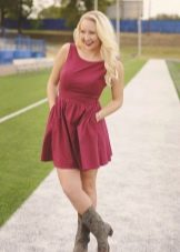 Платье малинового цвета для блондинки