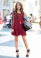 Бордовое платье в сочетание с черными туфлями и сумкой