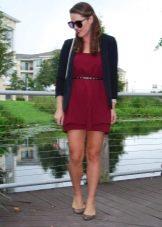 Платье цвета бургунди с черным жакетом