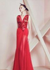 Красное платье из шифона с глубоким вырезом