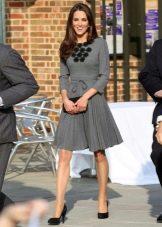 Серое платье средней длины с юбкой солнце Кейт Мидлтон