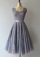 Серое платье длины миди с кружевом