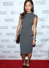 Джейми Чанг в платье серого цвета