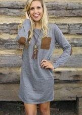 Серое платье-рубашка в сочетание с коричневым