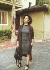 Платье серого цвета в сочетание с коричневым кардиганом