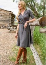 Серое платье с коричневыми сапогами