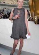 Милла Йовович в сером платье