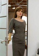 Анджелина Джоли в платье серого цвета