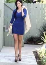 Белый жакет и клатч к темно-синему платью