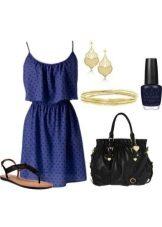 Темно-синее платье в мелкий черный горошек и подходящие аксессуары к нему