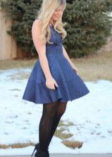 Короткое темно-синее платье с завышенной талией
