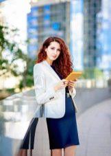 Белый пиджак к темно-синему платью