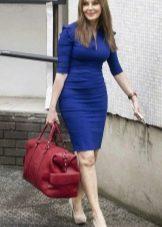 Красная сумка к темно-синему платью