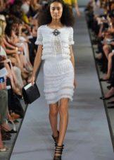 Белое короткое ажурное вязаное платье