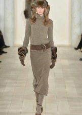 Длинное коричневое вязаное платье